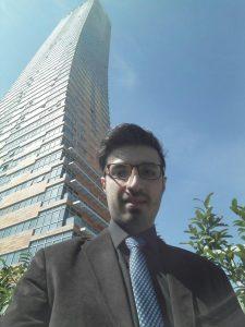 امید زمانی در مقابل ساختمان محل کارش در ترکیه