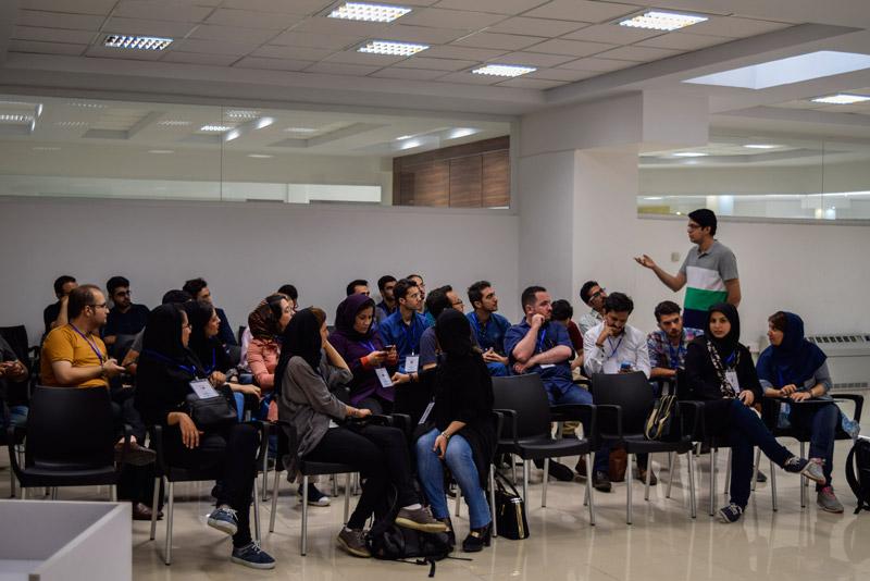 علی عمیدی مدیر شتابدهنده دیموند در حال گپ و گفت با بچه های تبریز