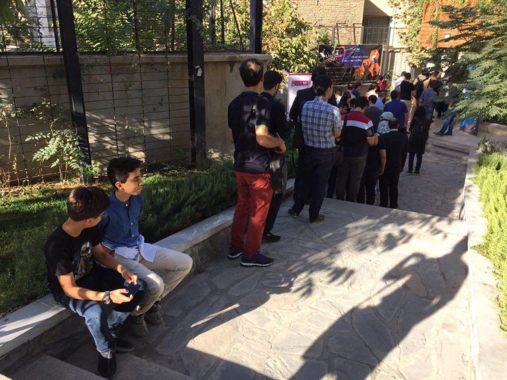 در ساعت ۸:۳۰ تقریبا نصف شرکت کنندگان در فضای بیرونی سالن جمع شده بودند و راس ساعت ۸:۳۰ وارد سالن شدند و پس از پذیرش و پذیرایی به سالن اصلی رفتند