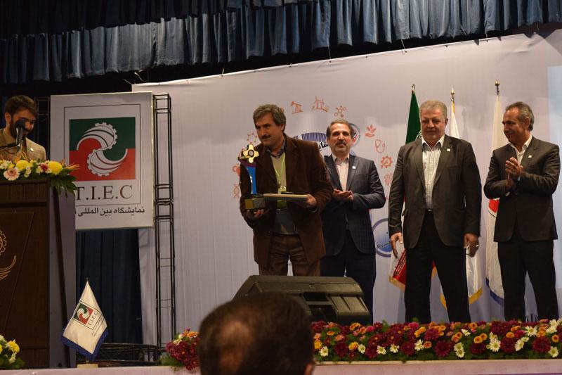 اکبر عبدی قاضی جهانی برنده تندیس طلایی از اولین جشنواره ایده تا کسب و کار