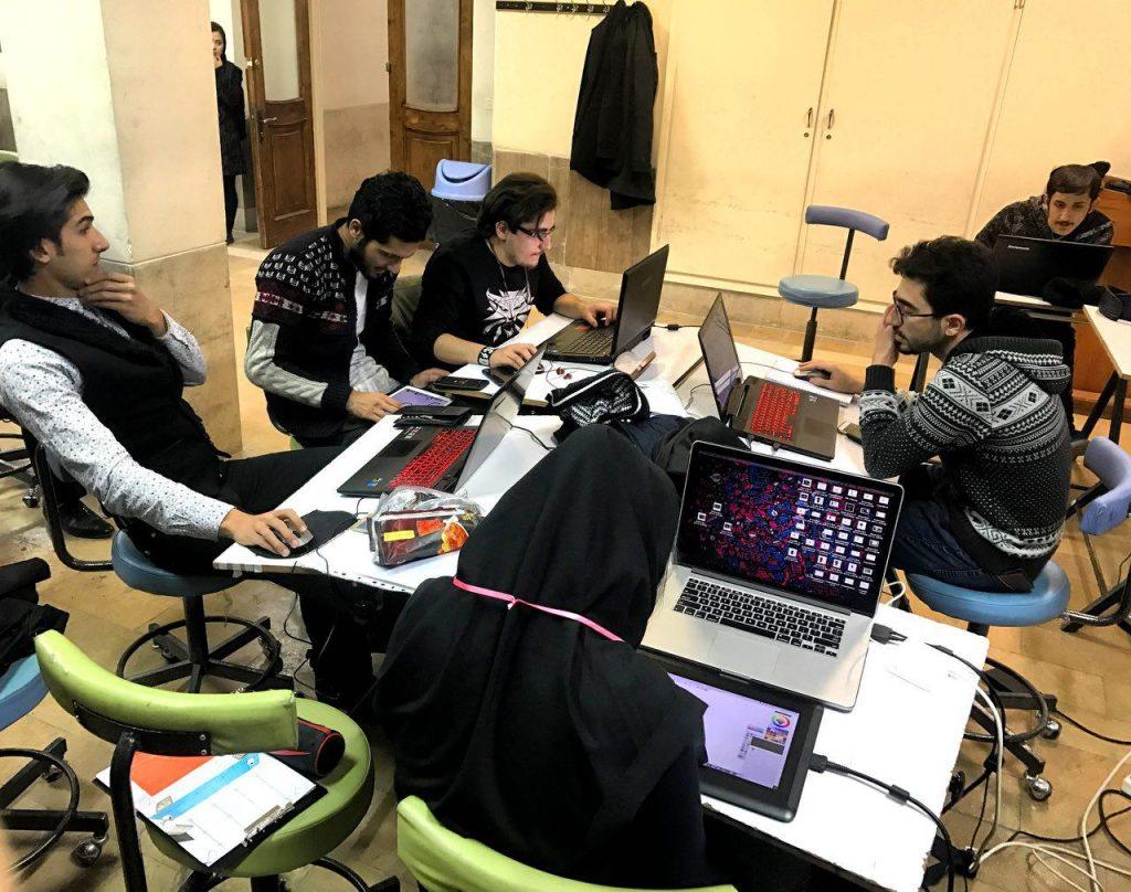 تیمها در ساعات پایانی در حال جمع بندی کارها و آماده شدن آپلود بازی های ساخته شده در سایت سازمان جهانی هستند.