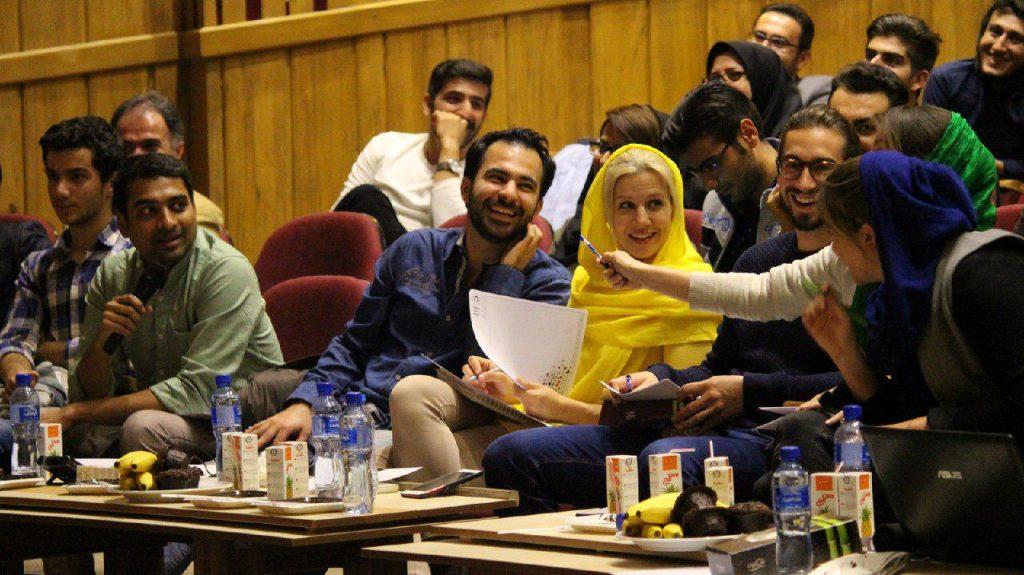 بحث و جدل دوستانه داوران بر روی پرسش از تیم ها