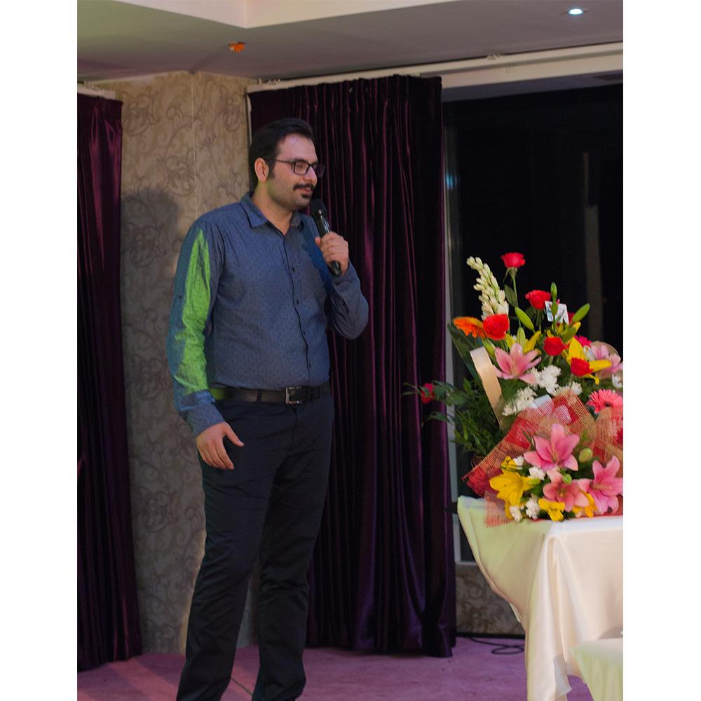 شهرام اشرف نیا از همبنیانگذاران قونقا در حال توضیح درباره خدمات قونقا و جزییات رویداد سالروز تولد