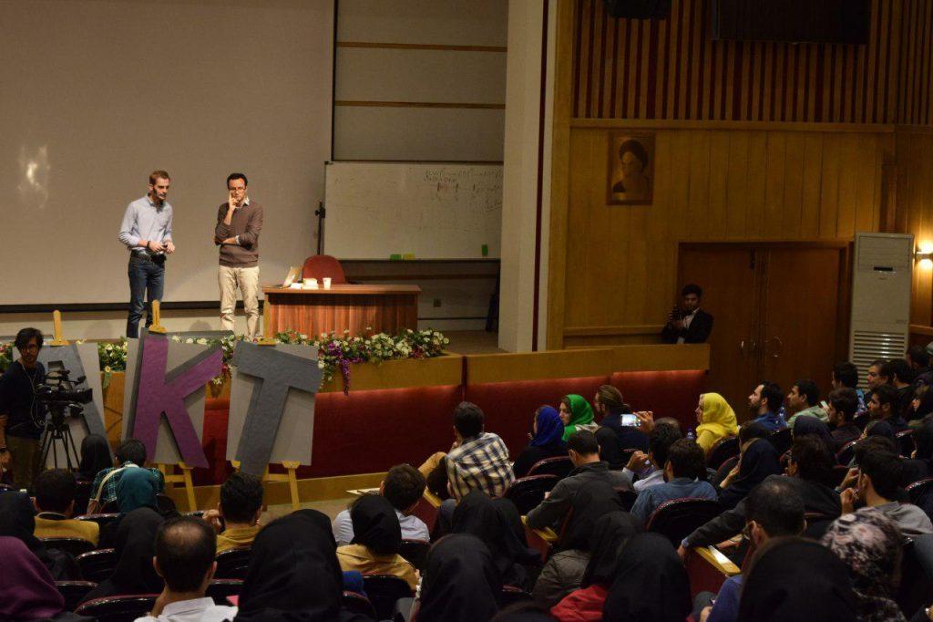 آرش یزدانیان بنیانگذار لوکوبوک و برنده رویداد تبریز در حال پاسخ به پرسش داوران