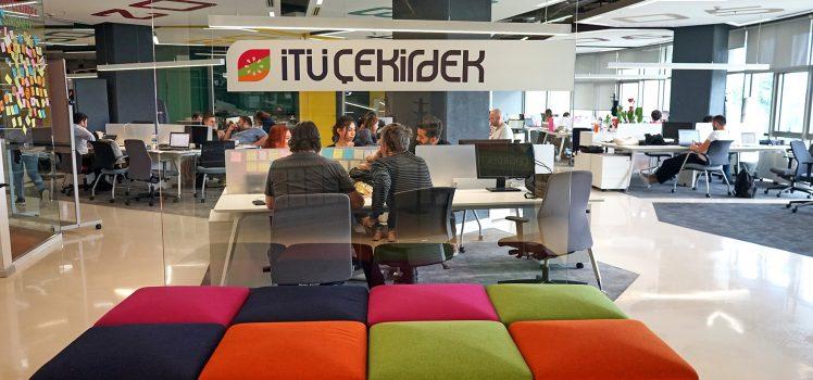 فضای کار اشتراکی در شتابدهندهی İTÜ Çekirdek. İTÜ Çekirdek مهمترین و جامعترین شتابدهنده/مرکز رشد اکوسیستم استارتاپی ترکیه است.